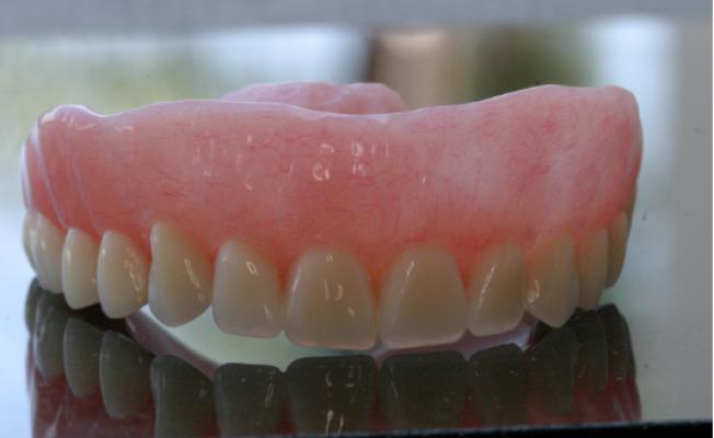 Как отбелить зубной протез из пластмассы в домашних условиях