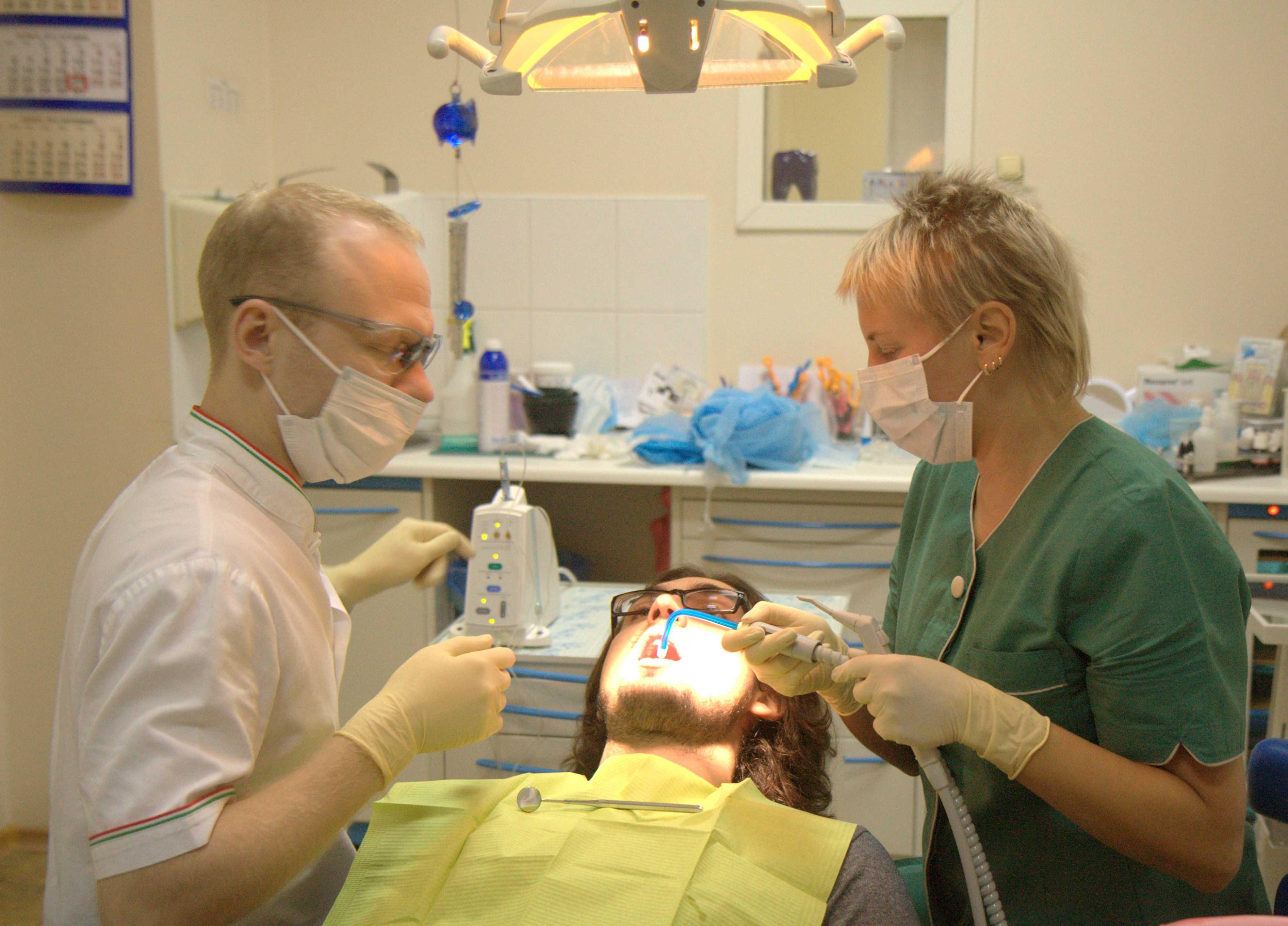 Пациент в кресле во время имплантации