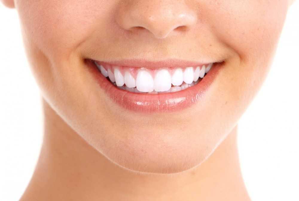 Зубная эмаль — это твердая ткань, которая покрывает зуб.
