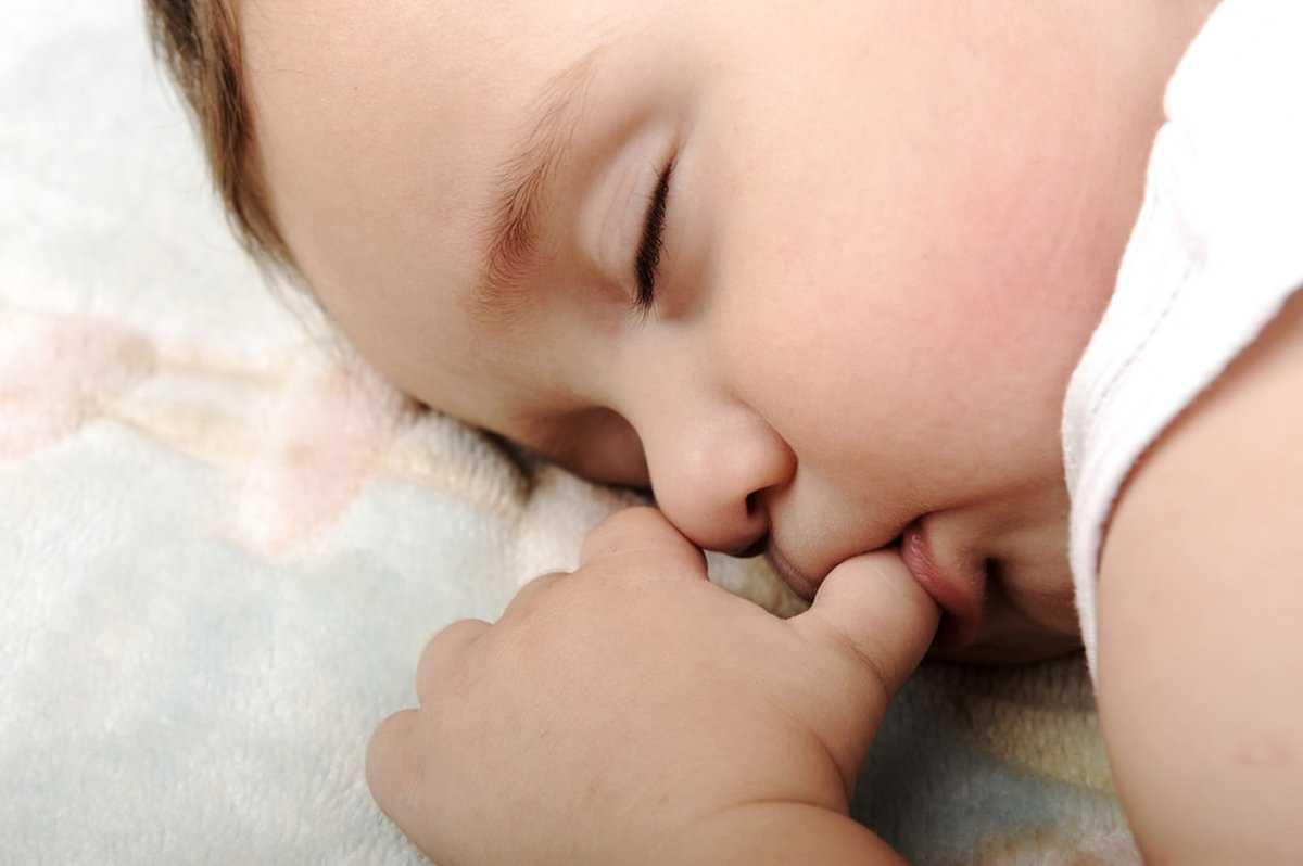 Засыпание с пальцем во рту